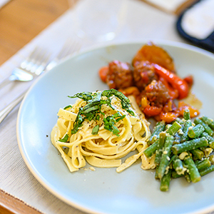 italian-dinner-plate-fettuccine-alfredo-ragu-green-beans-italian-cooking-class-couples-groups